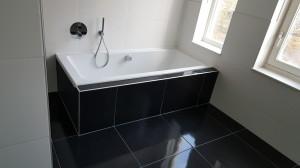 Dit bad heeft een zelf vul installatie